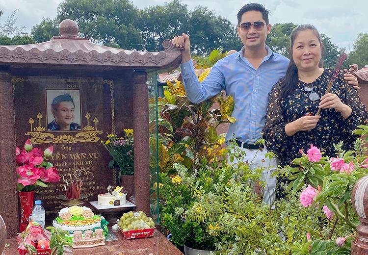 Hồng Vân, Minh Luân mừng sinh nhật muộn cho cố diễn viên Anh Vũ hôm 5/8. Ảnh: Minh Luân Phạm.