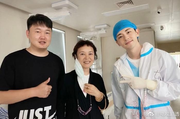 Tưởng Văn Cường (trái) và các diễn viên phần Tôi là Đại Liên. Ảnh: Ifeng.