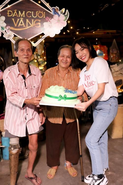 Diễn viên Diệu Nhi tặng quà cho đôi vợ chồng già. Ảnh: Trần Anh.