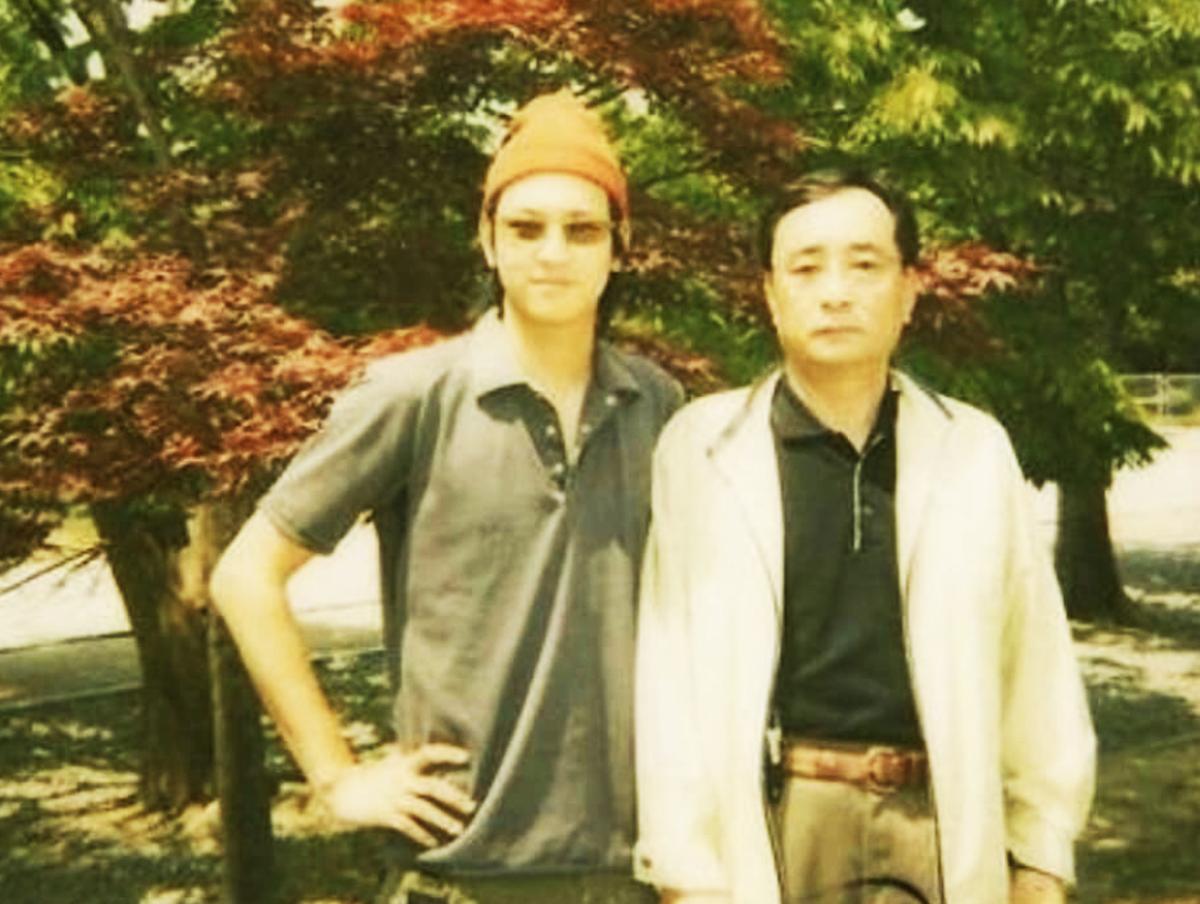 Tài tử chụp ảnh cùng bố - ông kang Cheol Woo - tại khuôn viên Đại học Hanyang vào năm 2003