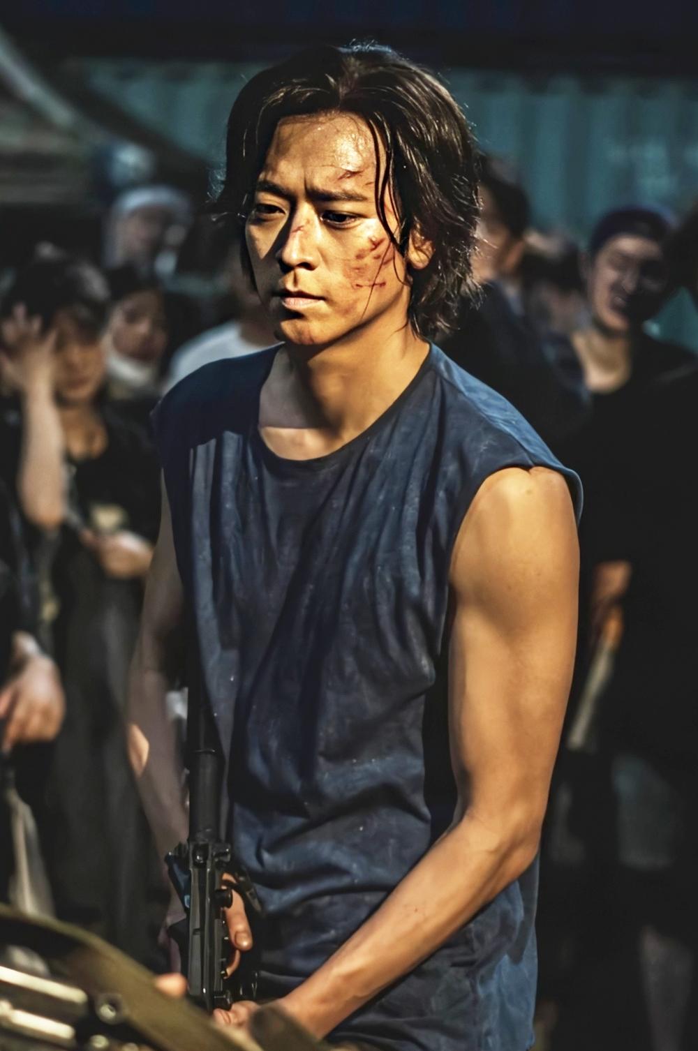 Kang Dong Won đang làm mưa làm gió phòng vé châu Á với vai chính trong phim xác sống Peninsula. Dự án thu về 25,4 triệu USD tại Hàn Quốc; vượt Parasite trở thành phim Hàn ăn khách nhất Việt Nam với doanh thu 83 tỷ đồng. Theo Pann, ngoài nội dung và đại cảnh hoành tráng, Kang Dong Won là một trong những lý do hút khán giả đến rạp. Anh được giới chuyên môn Hàn xếp vào danh sách ngôi sao bảo chứng phòng vé