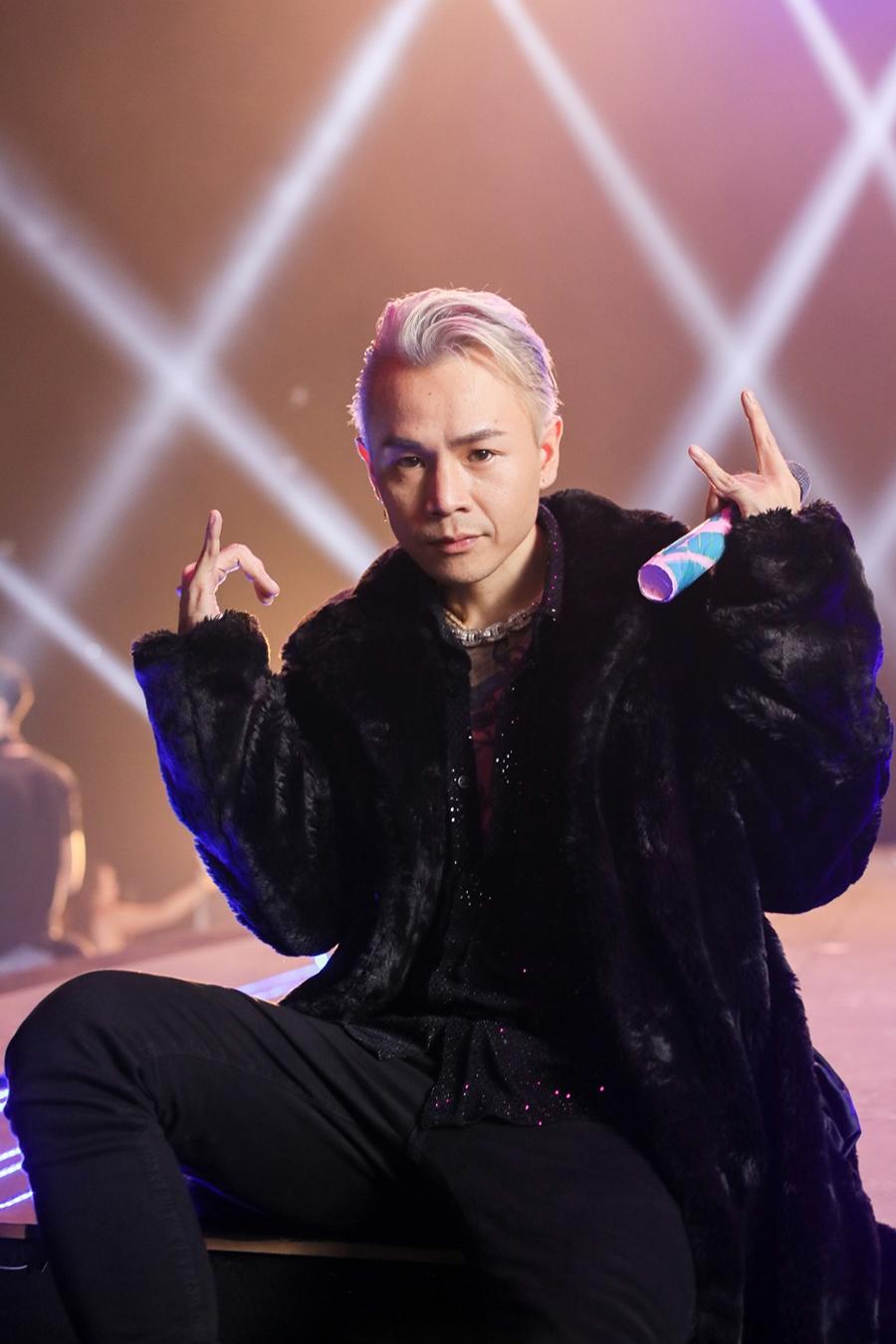Để tránh đơn điệu, Binz dùng áo kim tuyến bên trong khi mặc đồ đen với áo khoác lông thú.