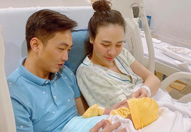 Vợ chồng Đàm Thu Trang quấn quýt con đầu lòng.