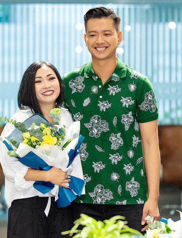 Ca sĩ Phương Thanh (trái) nhận hoa chúc mừng từ Hồ Đức Vĩnh (phải) trong vai trò trưởng đoàn FC Nghệ sĩ. Ảnh: Vĩnh Đức.