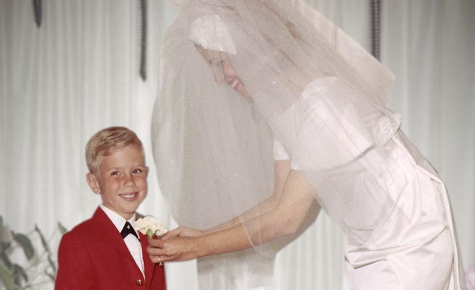 Michael Kors hồi 5 tuổi trong lễ cưới của mẹ.
