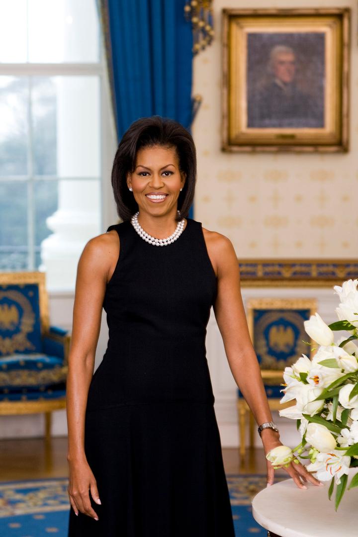 Michelle Obama diện đầm trơn đen trong bức chân dung chính thức đầu tiên tại Nhà Trắng, tháng 2/2009. Ảnh: The White House.