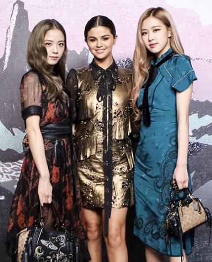 Selena Gomez bên hai thành viên BlackPink - Jisoo (trái) và Rose (phải) tại một sự kiện thời trang ở Mỹ năm 2018. Ảnh: BFA.
