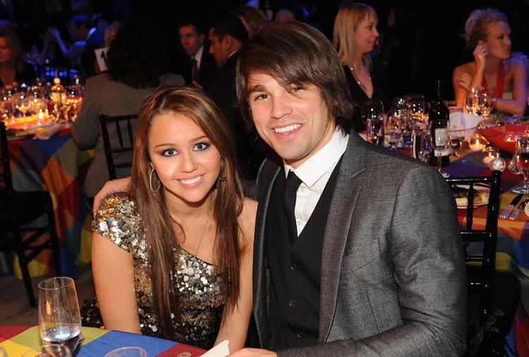Năm 15 tuổi, Miley hẹn hò ca sĩ Justin Gaston, lúc đó 20 tuổi. Anh này quen Miley qua chương trình thực tế Nashville Star, nơi cha cô giữ ghế giám khảo. Hai người chia tay khi Miley Cyrus đến thành phố  Savannah quay phim The Last Song.