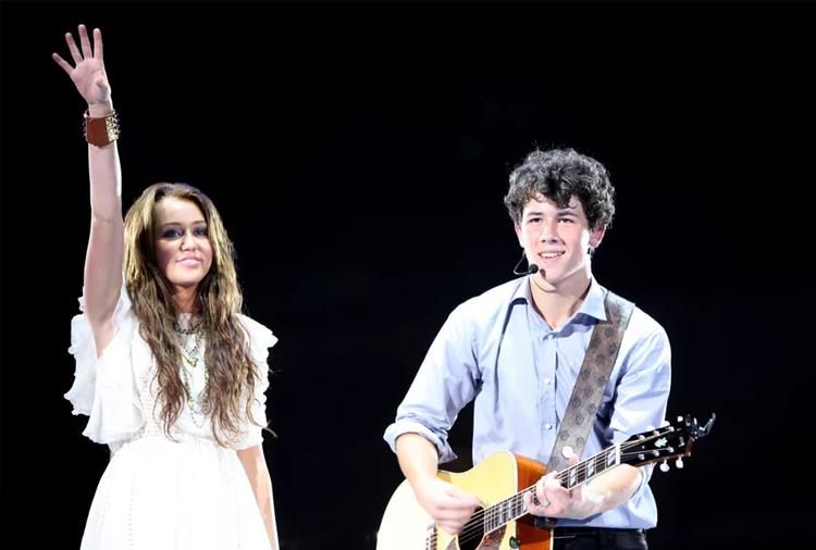 Miley Cyrus hẹn hò ca sĩ Nick Jonas từ năm 2004 đến 2006. Lúc đó, cả hai đều là sao trẻ của Disney. Miley Cyrus nổi tiếng với series Hannah Montana. Trong khi đó, Nick Jonas được biết đến cùng nhóm nhạc Jonas Brothers và sau đó là bộ phim Camp Rock.