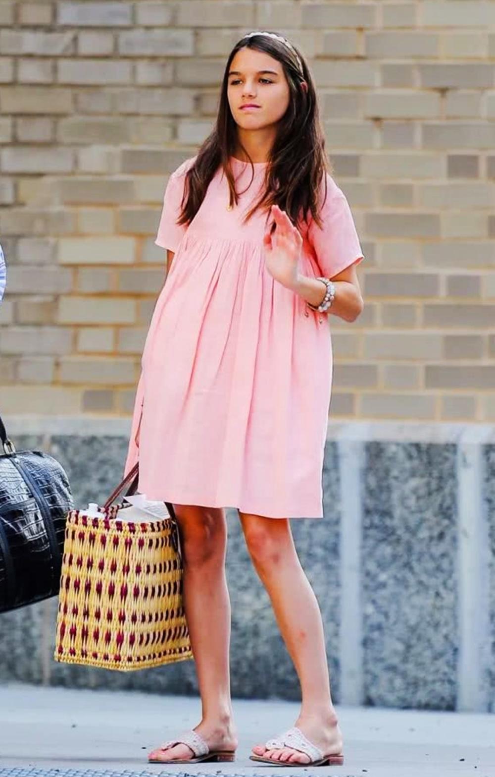 Tháng 7/2019, con gái Tom Cruise diện đầm hồng đào phối sandals xỏ ngón Jack Rogers. Suri hoàn thiện set đồ với băng đô, vòng tay và giỏ xách dã ngoại cỡ lớn.