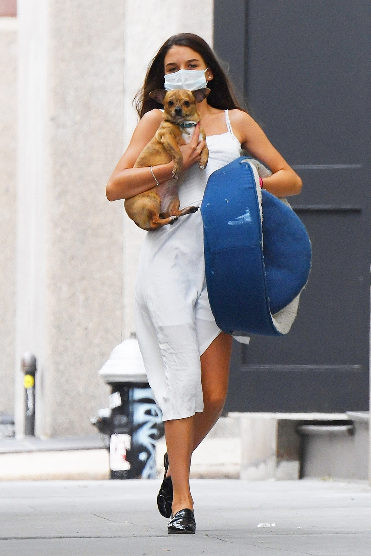 Nhiều người nhận xét Suri ra dáng thiếu nữ khi diện váy hai dây trắng, mix giày da đen, bế cún cưng dạo phố hôm cuối tháng 7.