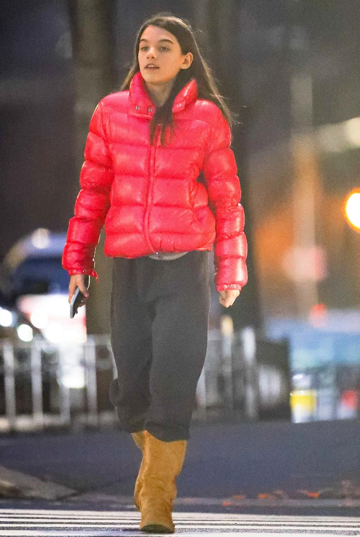 Hồi háng một, Suri Cruise ra phố với phong cách năng động gồm áo phao hồng Moncler, áo len xám, quần thể thao và boots da lộn Ugg. Trên InStyle tháng ba, Katie Holmes tiết lộ Suri có cá tính, tự tin, luôn nỗ lực hoàn tất việc được giao và sống tình cảm.