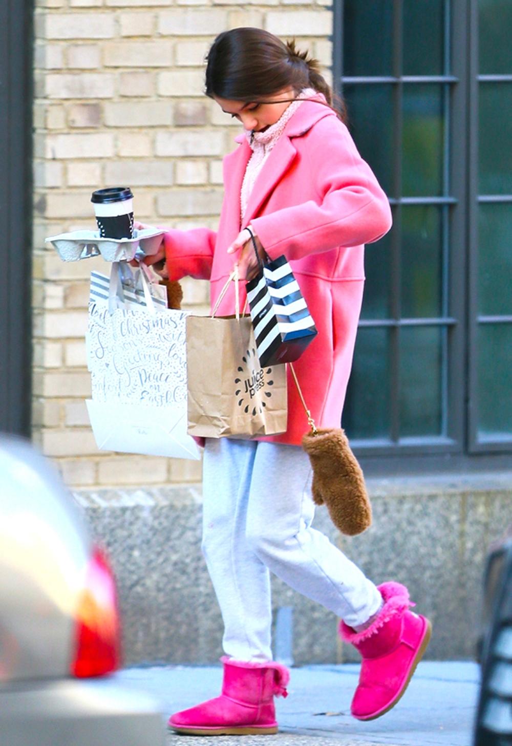 Sao tuổi teen thu hút sự chú ý của các ống kính khi mix-match áo khoác, boots hồng đậm, áo len hồng nhạt và quần thể thao hồi cuối tháng 12/2019.