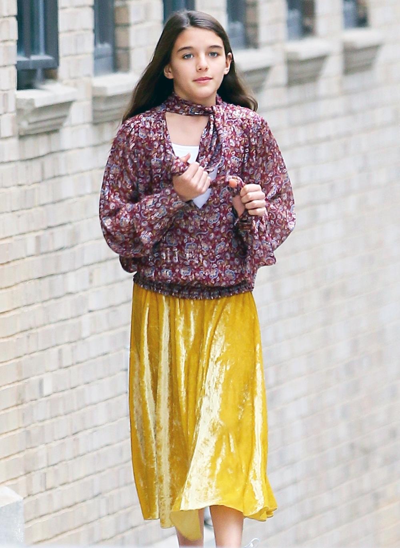 Cô bé từng phối chân váy vàng với áo sơ mi phong cách boho, giày thể thao Adidas khi xuất hiện trên phố tháng 10 năm ngoái.