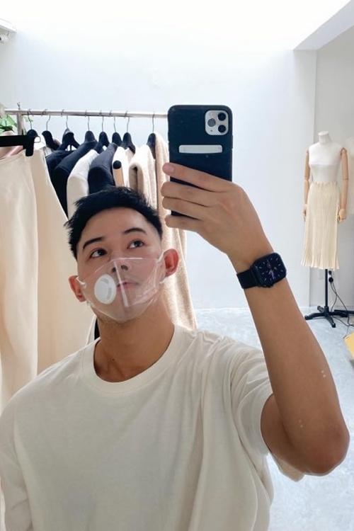 Nhà thiết kế Lâm Gia Khang được bạn tặng khẩu trang. Anh nhận xét: Tôi thấy thiết kế ôm sát, làm từ nhựa nên hơi nặng. Một nhược điểm khác là khi thở ra, mặt nhựa sẽ dễ bị mờ.