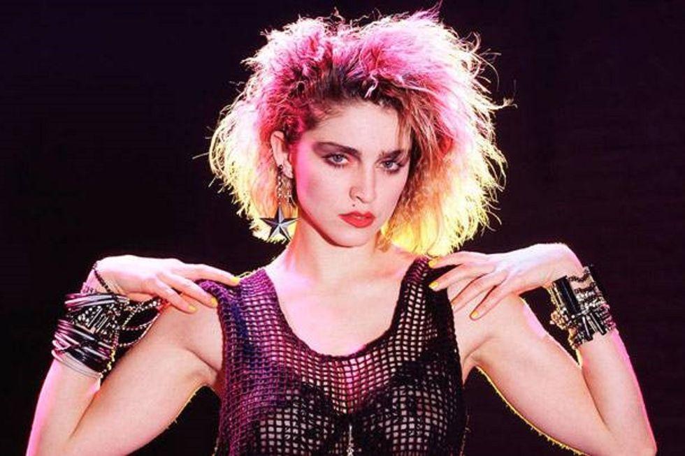 Madonna bước sang tuổi mới hôm 16/8. Kể từ khi bước chân vào làng giải trí năm 1979 đến nay, danh ca người Mỹ không ngừng ảnh hưởng đến nền âm nhạc, văn hóa và thời trang thế giới. Nữ hoàng nhạc Pop được xem là biểu tượng của phong cách nổi loạn, táo bạo. Các bộ cánh cô chọn đều mang thông điệp riêng, thể hiện bản sắc cá nhân mạnh mẽ. Chịu sự ảnh hưởng bởi cách ăn vận của Marilyn Monroe, Marlene Dietrich, phong cách của Madonna có những nét rất riêng gai góc hơn. Nhà tạo mẫu tóc Andy LeCompte từng nói về Madonna: Cô ấy không chạy theo xu hướng, mà tạo ra xu hướng. Nên cô ấy chấp nhận nhiều rủi ro đến vậy.Madonna nhiều lần gây tranh cãi về lối mặc khác thường, nhưng điều đó lại tạo nên những khoảnh khắc thời trang kinh điển của cô. Một trong những bộ trang phục đầu tiên Madonna gây sốc với làng mốt thế giới là bộ trang phục lưới đen video ca nhạc Lucky Star năm 1983. Cô bới tóc cao, đeo vòng tay xếp chồng lên nhau và diện áo ngực ren xuyên thấu - một trong những ngôn ngữ thời trang táo bạo nhất vào đầu những năm 1980. Ảnh: WGM.