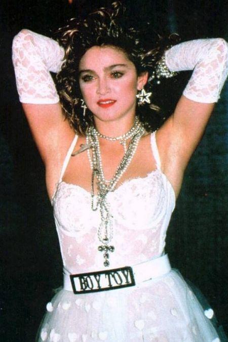 Theo CR, bộ váy cưới màu trắng kèm chiếc thắt lưng Boy Toy trong buổi biểu diễn Like A Virgin của Madonna năm 1984 tại Lễ trao giải MTV Video Music Awards đã gây chấn động. Bộ cánh phá vỡ nét chuẩn mực của một chiếc đầm cưới với ý nghĩa tinh khôi, trong sáng vốn có, đi kèm thông điệp về nữ quyền: phụ nữ được cởi mở yêu đương. Sau màn biểu diễn, nhiều người nói với quản lý truyền thông của Madonna - Liz Rosenberg - rằng đó là một thảm họa. Ca sĩ Huey Lewis còn nói cô gái này sẽ không bao giờ được trở lại. Nhưng nhiều tờ báo thời trang và giải trí hết lời ca ngợi khoảnh khắc xuất sắc này, thậm chí tờ USA Today nhận định Madonna đã tách mình khỏi đám đông và trở thành độc nhất. Ảnh: WGM.
