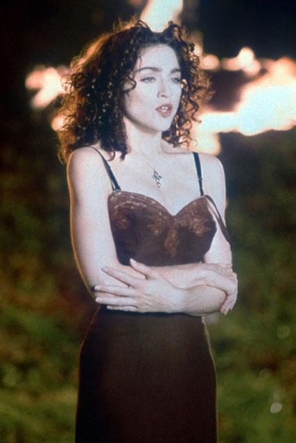 Trước khi váy ngủ trở nên phổ biến thành váy mặc ngoài, Madonna đã diện kiểu váy ngủ ren trong MV gây tranh cãi Like A Prayer phát hành năm 1989. Đeo dây chuyền thánh giá trong trang phục gợi cảm được cho là điều không thể chấp nhận. Diện mạo này khiến Madonna bị Pepsi chấm dứt hợp đồng làm đại sứ thương hiệu. Ảnh: Rex.