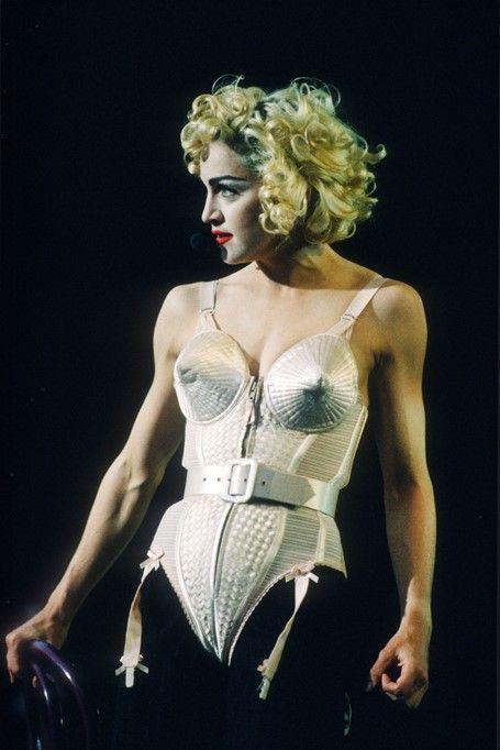 Madonna tạo nên khoảnh khắc đáng nhớ khi mặc bộ bodysuit hình nón bằng vải satin do Jean Paul Gaultier làm thủ công trong chuyến lưu diễn Blonde Ambition năm 1990. Ngôi sao nhạc pop đã liên hệ với nhà thiết kế để yêu cầu thực hiện trang phục cho chuyến lưu diễn. Thiết kế thể hiện quan điểm nữ quyền của đồng thời mở ra trào lưu mặc đồ lót như trang phục ngoài trong thập niên 1990. Ảnh: Ảnh chụp màn hình Instagram Madonnaoutfits.
