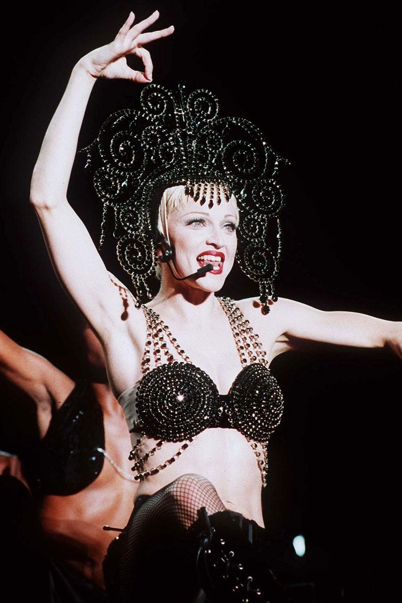 Biểu diễn trong chương trình Girlie Tour với một thiết kế độc đáo của Dolce & Gabbana.