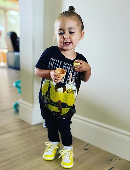Hôm 18/8, Justin khoe ảnh Bay đi giày do mình tặng nhân sinh nhật. Yêu em gái bé nhỏ của anh. Thật vui vì em thích đôi giày mới này, ca sĩ viết trên Instagram.
