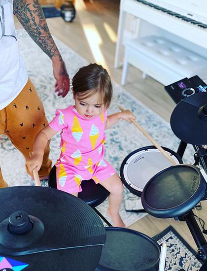 Có anh là ca sĩ nổi tiếng, Bay Bieber từ bé được tiếp xúc với nghệ thuật. Nhà cô có đủ loại nhạc cụ. Bay cũng được bố mẹ dạy piano, trống.