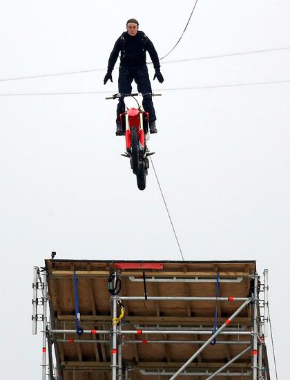 Tom Cruise quay cảnh nhảy khỏi motor đang bay ở từ con dốc cao 150 m tại trường quay ở OxfOxfordshire, Anh. Ảnh: Splashnews/