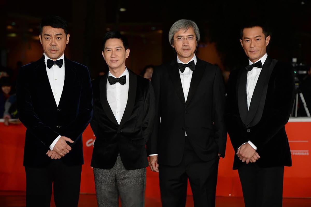 Đạo diễn Trần Mộc Thắng (đeo kính) bên Cổ Thiên Lạc (phải), Trương Gia Huy (trái, thứ hai). Ảnh Sina.