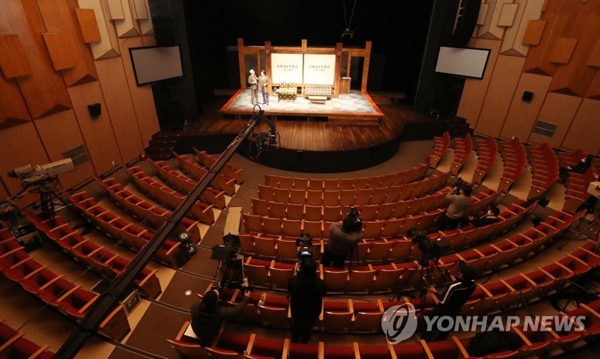 Vở kịch Bravo Um diễn không khán giả hồi tháng ba. Ảnh: Yonhap News.