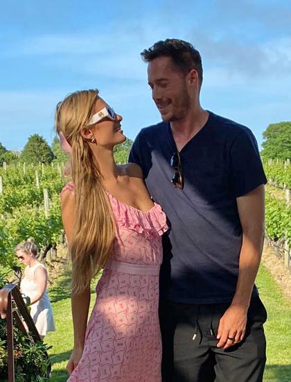Paris Hilton và bạn trai kém tuổi