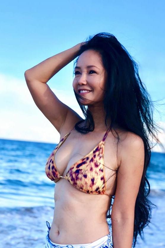 Trải qua một lần sinh đôi, Hồng Nhung vẫn giữ được vóc dáng săn chắc, mái tóc khỏe và dày. Ảnh: Facebook Hồng Nhung.