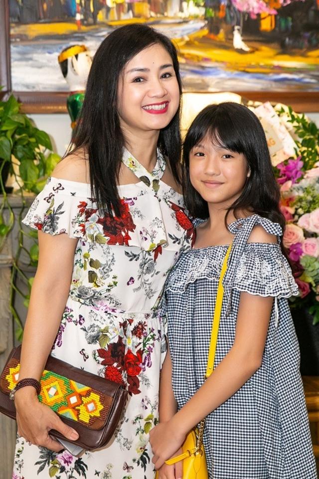 Ở tuổi 51, Thu Hà vẫn giữ vẻ ngoài tươi trẻ và làn da mịn màng. Chị thường chọn những bộ váy cocktail khoe vai trần mỗi khi xuất hiện.