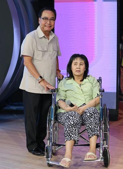 Hoàng Lan ngồi xe lăn bên diễn viên Nguyễn Sanh - bạn diễn Trong nhà ngoài phố một thời - khi tham gia show Ký ức vui vẻ năm 2019. Ảnh: Đông Tây.