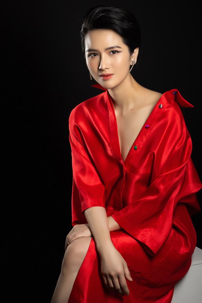 Cao Thùy Dương diện váy sơ mi của Thủy Nguyễn trong bộ ảnh bìa cuốn tự truyện Phong thái quyền năng. Ảnh: Griimer Peerage.