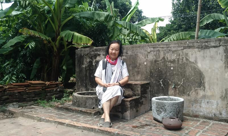 Nghệ sĩ Đức Lưu trong sân vườn ngôi nhà Bá Kiến.