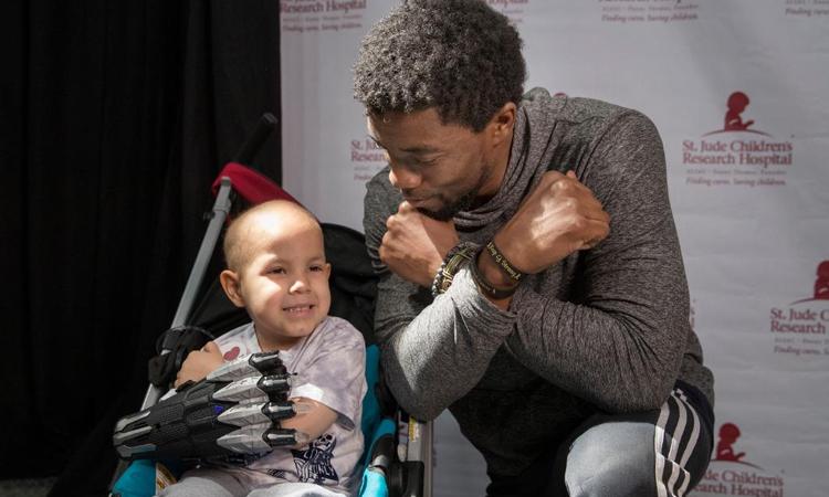 Chadwick Boseman thăm trẻ em mắc bệnh ung thư năm 2018. Ảnh: Chụp màn hình