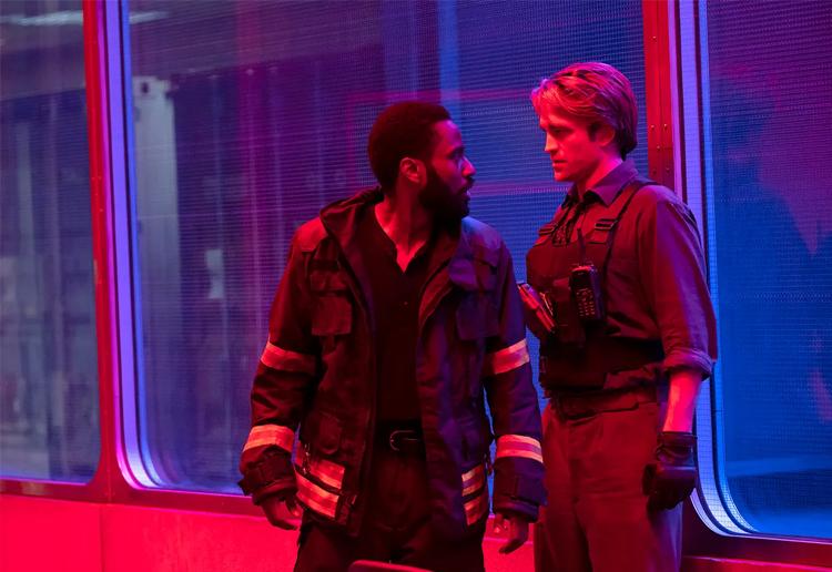 John Davis Washington (trái) vào vai nhân vật chính The Progtagonis, đồng hành cùng điệp viên Neil (Robert Pattinson) để ngăn chặn âm mưu tiêu diệt thế giới. Ảnh: Warner Bros.