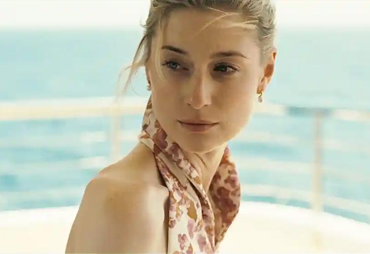 Minh tinh cao 1,91 m Elizabeth Debicki vào vai Kat, vợ tên phản diện Sator, trong phim. Ảnh: Warner Bros.