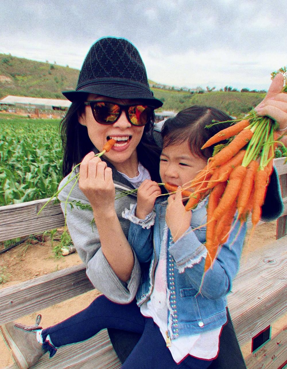 Uông Phong ghi lại khoảnh khắc vui của vợ và con. Khi có thời gian, cả gia đình sao cùng đi chơi, nếu quá bận rộn, họ sẽ đưa con đến trường quay thăm bố, mẹ.