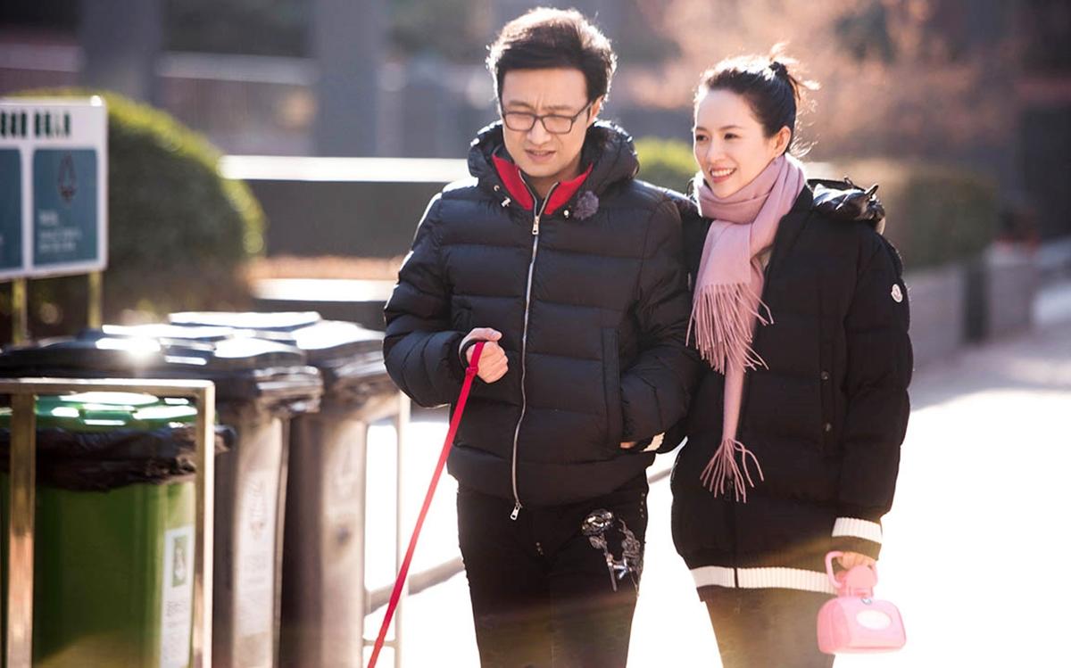 Theo Sina, suốt 5 năm kết hôn, Tử Di - Uông Phong gặp không ít sóng gió. Nhiều khán giả nói minh tinh mù quáng khi chọn Uông Phong - rocker từng trải qua hai đời vợ, có hai con riêng và tình sử rắc rối. Vài tháng trước, một blogger trên Weibo đưa tin chi tiết về nam ca sĩ có biệt danh Tiểu Thủy Ca quan hệ ngoài luồng với các cô gái, dù có vợ là minh tinh tuyến một. Dư luận chĩa mũi nhọn về Uông Phong vì trước đó anh nhiều lần bị tố cáo ngoại tình. Thậm chí, cả vợ cũ lẫn tình cũ từng chỉ trích anh bội bạc, ham mê trò đỏ đen, đạo đức giả... Bỏ ngoài tai mọi điều tiếng về chồng, Tử Di liên tục bày tỏ rất hạnh phúc và đăng khoảnh khắc gia đình ngập tiếng cười trên Weibo. Ảnh: Hk01