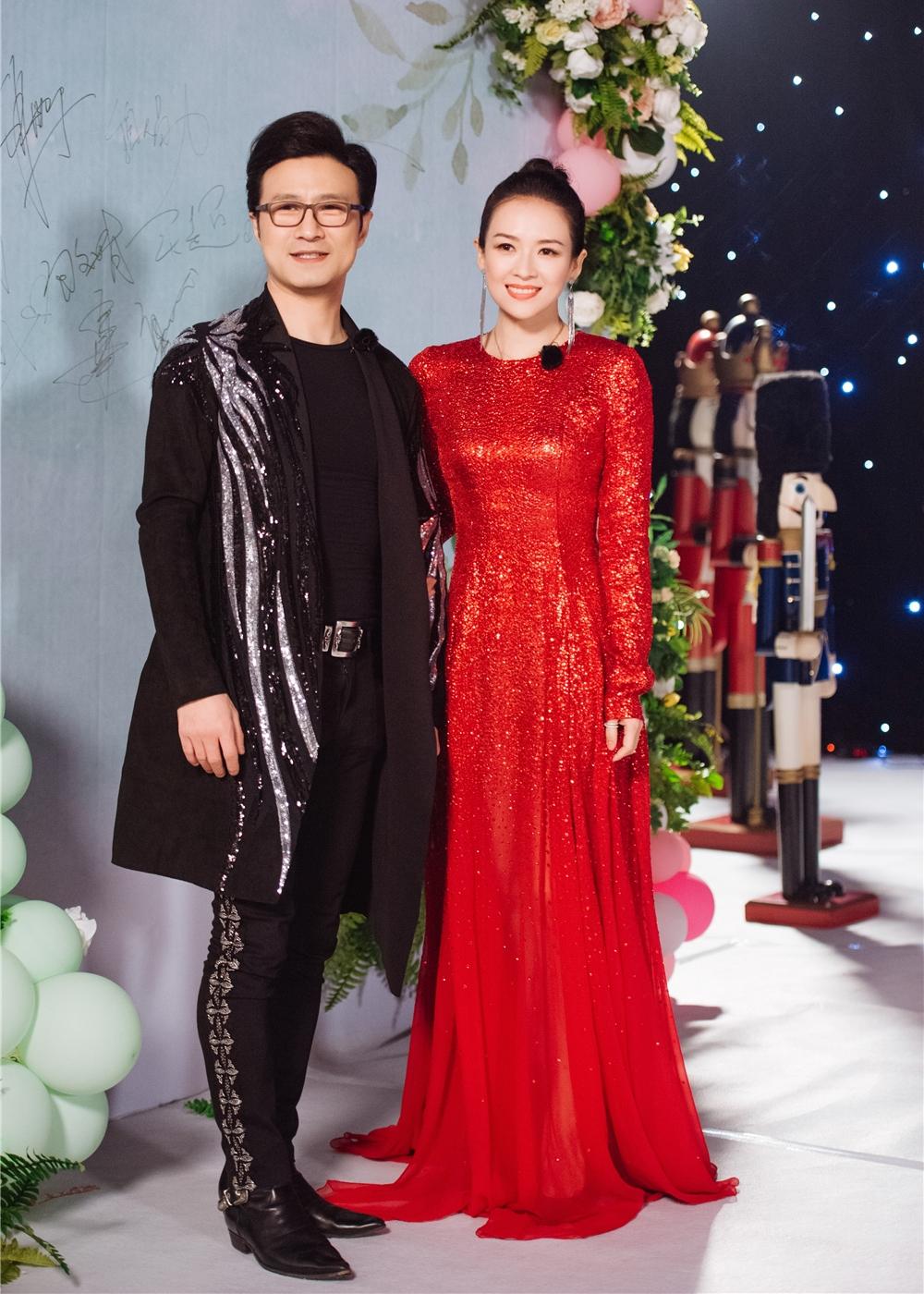 Tử Di và rocker Uông Phong bí mật đăng ký kết hôn năm, con gái họ chào đời cùng năm, con trai ra đời hôm 1/1. Rocker hơn vợ tám tuổi, từng qua hai đời vợ và có hai con gái riêng. Tử Di cũng vướng nhiều ồn ào tình ái khi còn trẻ. Minh tinh nhiều lần bị tình cũ của chồng - Cát Hội Tiệp - mỉa mai, công kích trên Weibo, nhưng cô hiếm khi phản hồi.