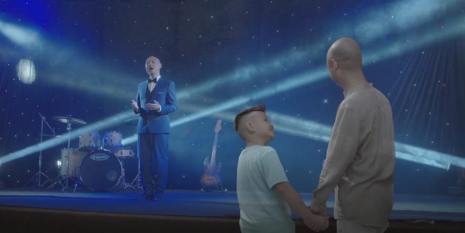 Nhạc sĩ Nguyễn Hải Phong cùng con trai tái hiện lại cuộc đời trong MV mới Con kể ba nghe.