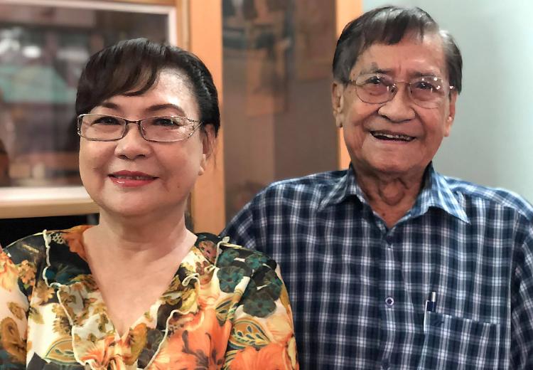 Nghệ sĩ Nam Hùng bên vợ - nghệ sĩ Tô Kim Hồng - tại nhà riêng. Ảnh: Mai Nhật.