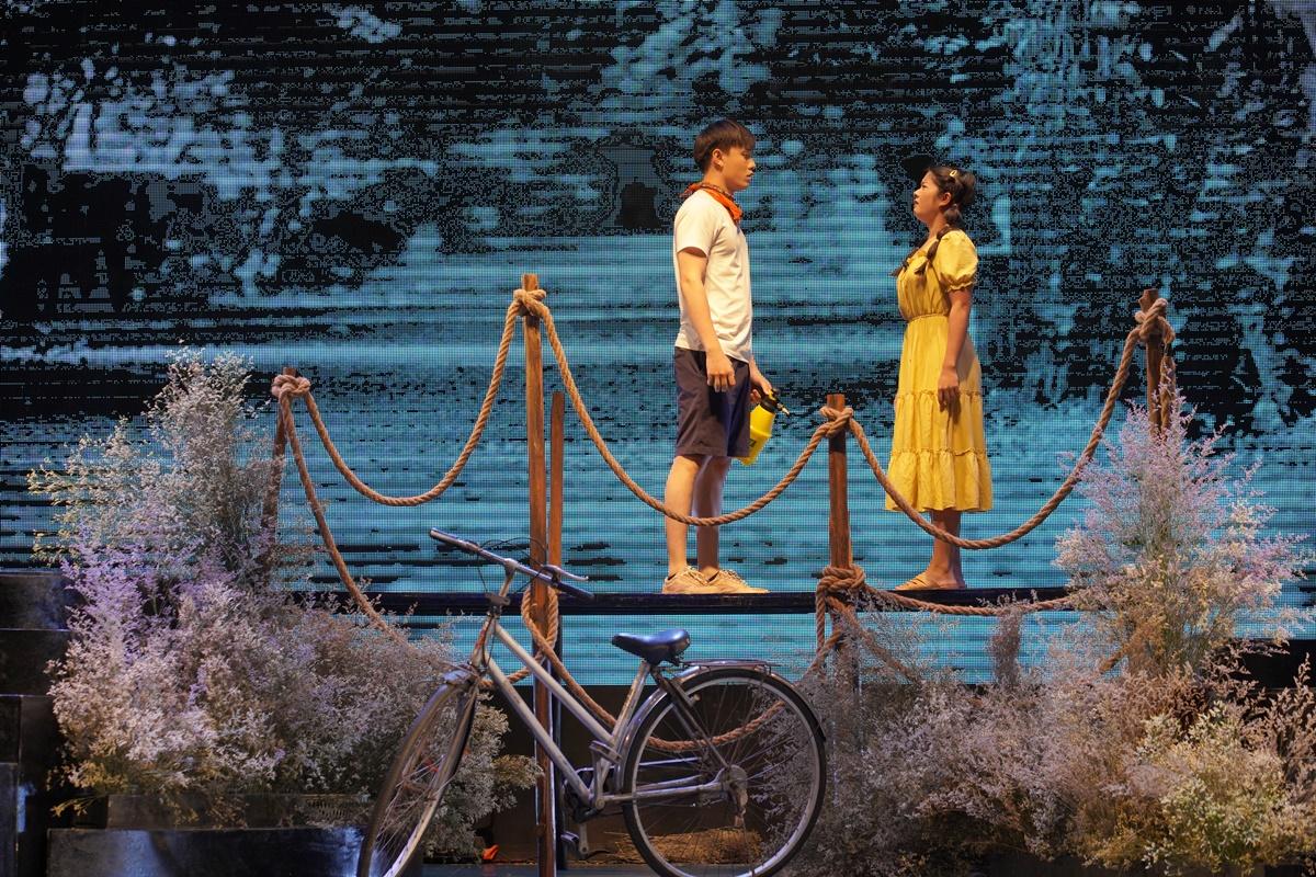 Hai nhân vật chính Chuẩn (trái) và Cẩm Phô trong tác phẩm. Trại hoa vàng của nhà văn Nguyễn Nhật Ánh được xuất bản năm 1994, xoay quanh chủ đề tình yêu tuổi học trò. Ảnh: Nhà hát Tuổi Trẻ.
