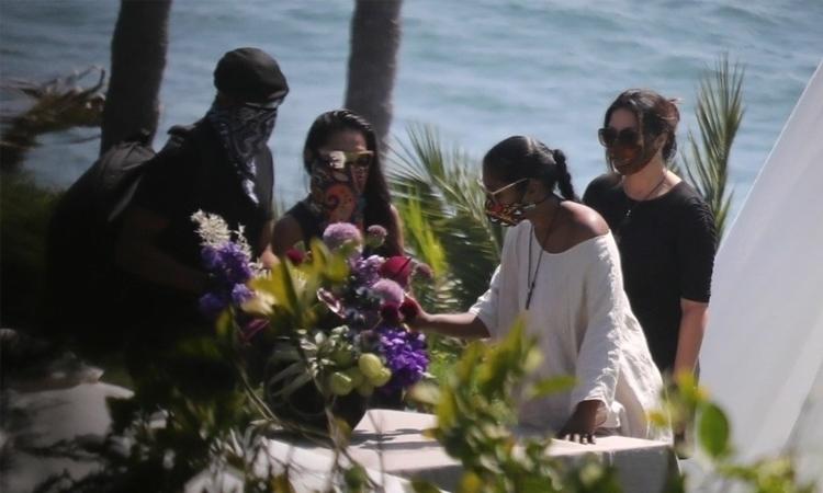 Taylor Simone Ledward (áo trắng) trong lễ tiễn đưa chồng Chadwick Boseman. Ảnh: Backgrid.