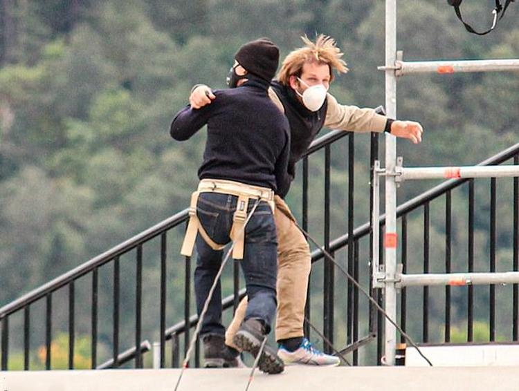 Tom Cruise tập cảnh đánh đấm trên nóc tàu hỏa đang chạy. Ảnh: Splashnews.
