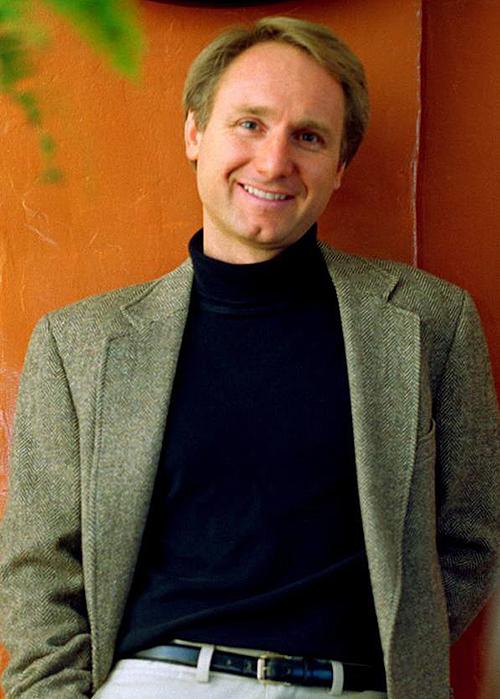 Dan Brown năm nay 56 tuổi. Thời dich, ông ở nhà chơi đàn một mình, sáng tác tiểu thuyết về Robert Langdon, chờ đợi phản ứng của khán giả về album nhạc mới. Ảnh: Philip Scalia.