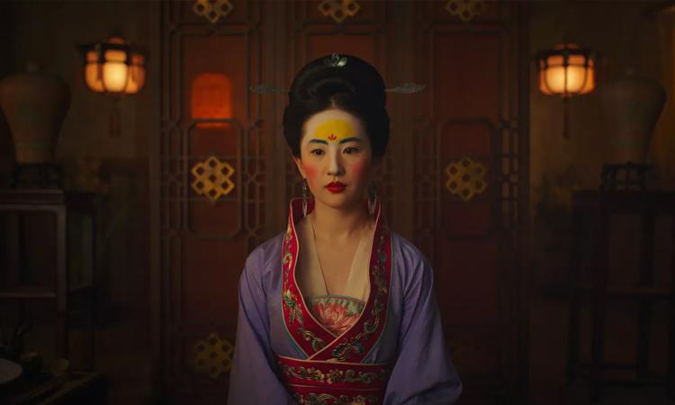 Váy áo, phụ kiện Mộc Lan mặc khi gặp bà mối lấy cảm hứng từ trang phục các đời nhà Thanh, Đường của Trung Quốc.