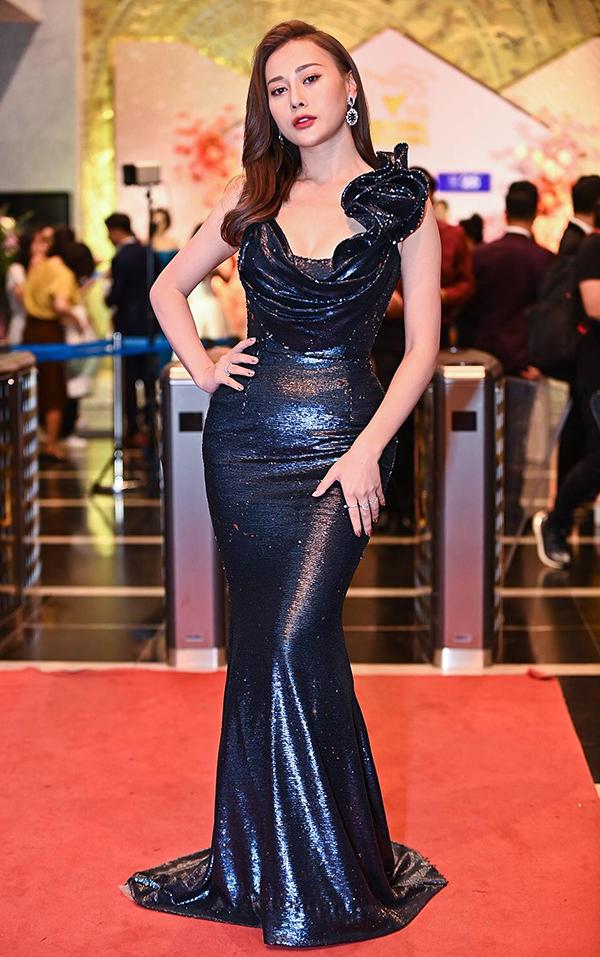 Phương Oanh mặc đầm ôm sát của nhà thiết kế Anh Thư dự Lễ trao giải VTV Awards, tối 5/9. Phương Oanh được đề cử Diễn viên nữ ấn tượng với vai Uyên trong phim Cô gái nhà người ta. Ảnh: Giang Huy.