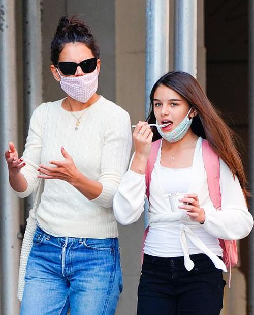 Katie Holmes và con gái Suri dạo phố tại New York hôm 8/9. Ảnh: Splashnews.